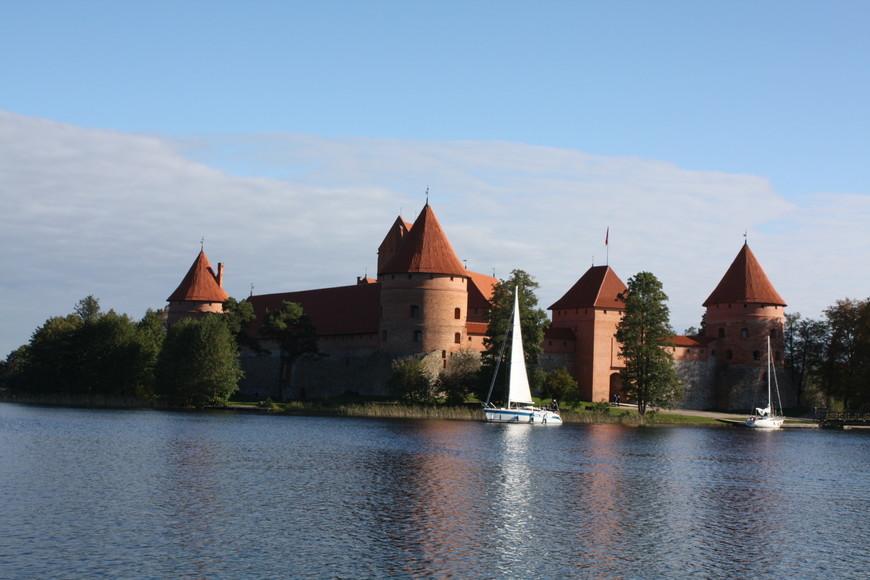 Культурная програма по осмотру замка была выполнена с воды, для этого можно арендовать яхту с капитаном. Наша была с рыжими парусами.