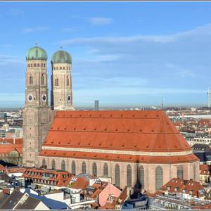 Одним из самых знаковых мест в Мюнхене является Фрауэнкирхе. Это самый высокий собор в Мюнхене. В соборе, под хором, находится усыпальница баварских князей Виттельсбахов, в том числе и кайзера Людвига Баварского. Фрауэнкирхе является началом отсчета всех дорог в Баварии.