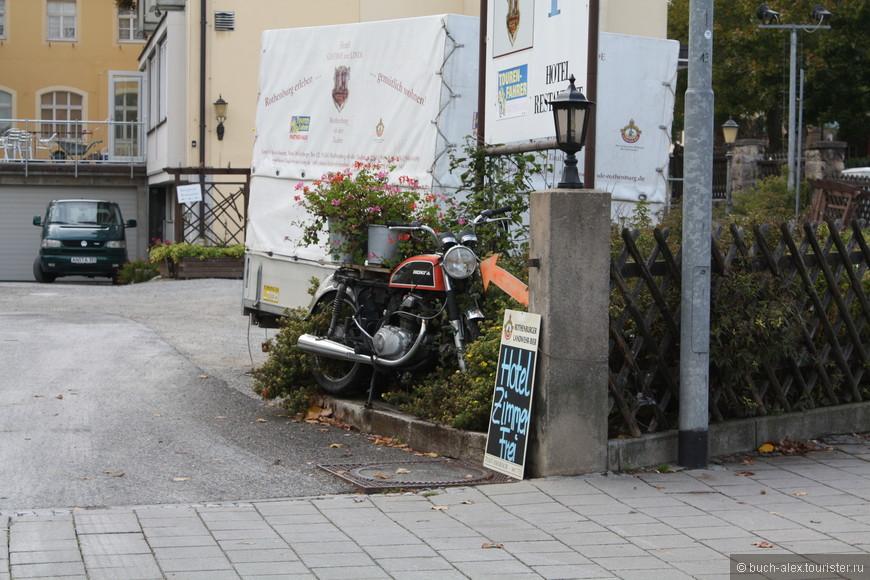 Мотоцикл, как средство рекламы, надпись о том что есть свободные комнаты в отеле.