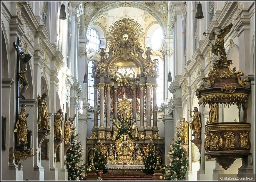 Центральное место в интерьере храма занимает алтарь, изготовленный в 1733 году братьями Азам. На нём установлены фигуры четырёх святых, а в центре располагается статуя Святого Петра. Украшают алтарь коринфские колонны и бархатно-золотистый задник. Фигура Святого Петра облачена в папскую тиару.