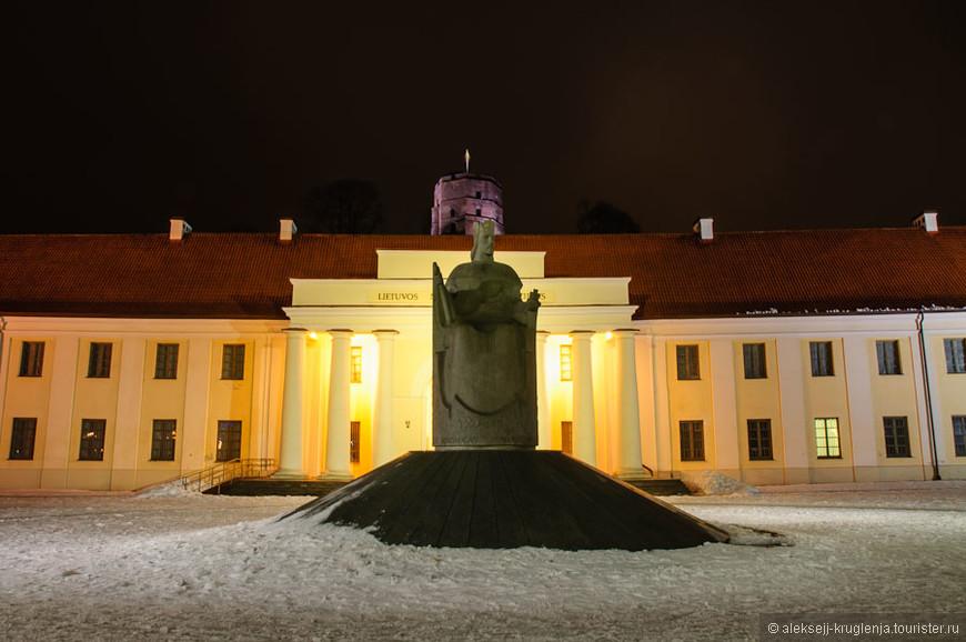 Статуя Миндовга, Национальный Музей и Башня Гедиминоса