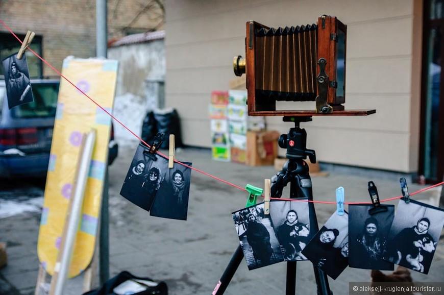 Уголок уличных фотографов- вот на такую камеру мы тоже сфотографировались=)