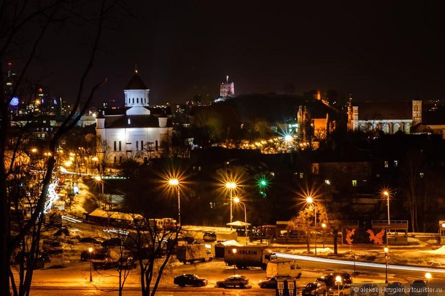 вид на Старый город и сворачивающуюся на ночь ярмарку
