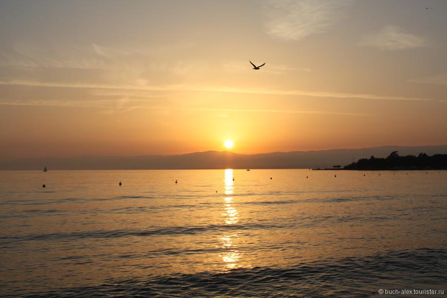 Солнце садится во Францию. Женевское озеро.