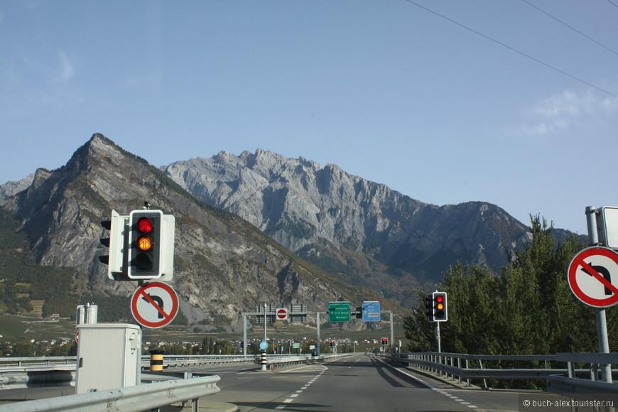 Если быстро не нужно, то лучше не заезжать на автостраду Е62, а ехать неторопливо по местной дороге, которая идет через населенные пункты, параллельно магистрале