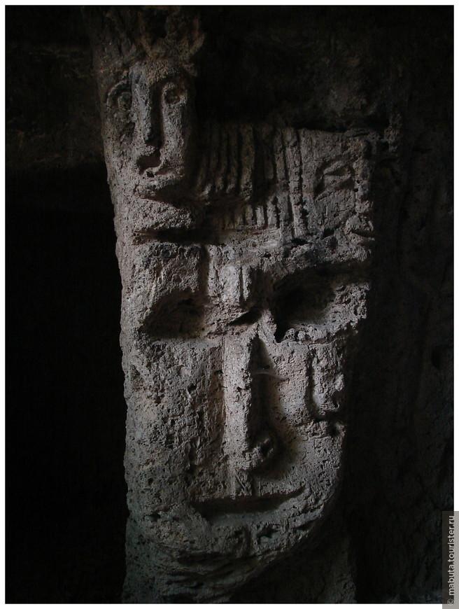 Каменные лики в пещере.