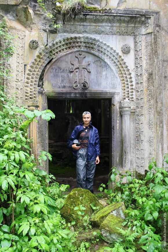 4 часовая конная прогулка к разрушенному монастырю 12 века Дехцнут, что в переводе с армянского значит «персик». Церковь оказалась сильно разрушенной, серый камень порос мхом, скрывающим всевозможные узоры и хачкары.