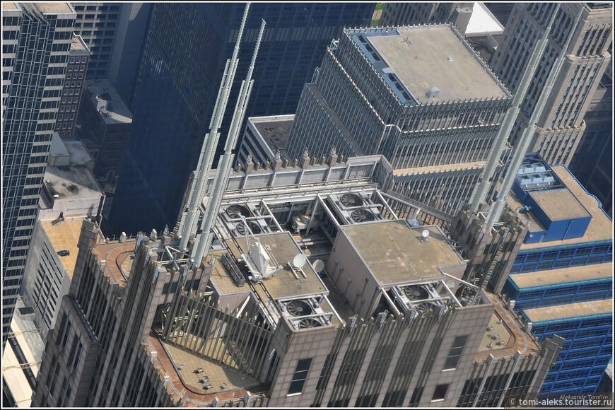 Мощные антенны на одной из крыш.В Штатах еще любят устраивать на крышах гаражи, но, конечно, не на такой большой высоте...