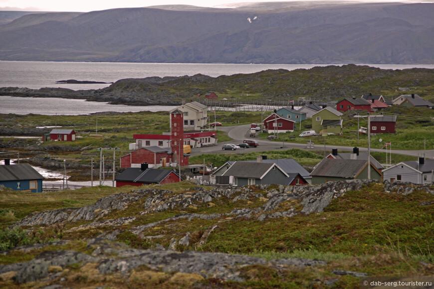 Сам Гамвик ничего особого из себя не представляет. Обычная норвежская рыбацкая деревня. Хотя и весьма посещаемая путешественниками. Музей рыболовства и сам Маяк, ради которого сюда и стремятся отметиться приезжающие, именно отметиться, так как больше тут делать нечего. Тундра, северные, холодные ветра с моря и редкие цветочки на камнях, весь местный пейзаж.