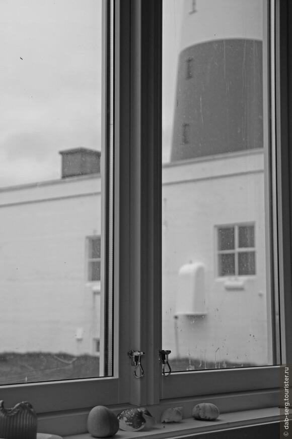 Сам маяк с гостиницей и кафе, где можно отдохнуть и попить чайку.