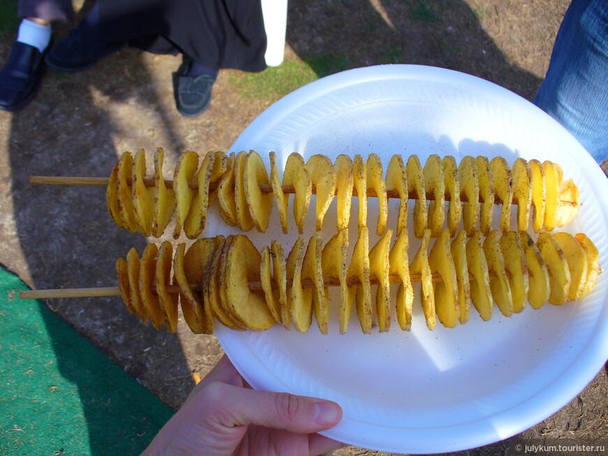 Вот с таким интересным фастфудом мы познакомились в Дубае: нарезанная спиралью картошка-фри на палочке. Вкусно.