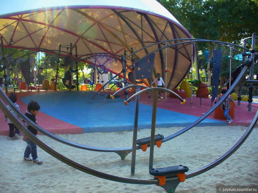 Большая детская площадка парка по своему стилю перекликается с парком аттракционом Stargate: та же космическая тематика.