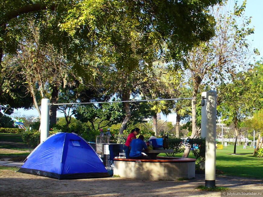 В парке много вот таких столиков с лавочками и мангалами. Приходи семьей, приноси еду и устраивай барбекю на свежем воздухе. Вот народ даже палаточки с собой приносит для большего комфорта.