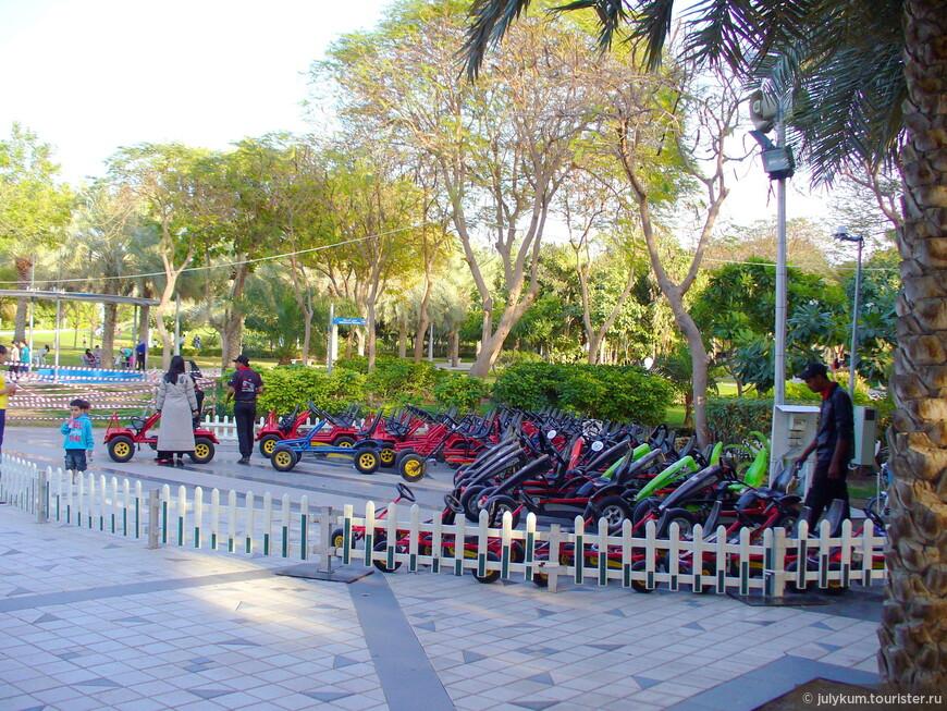 Если лень бродить по парку пешком, можно взять на прокат вот такой велосипед.
