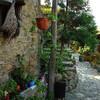 Улицы средневековой деревни Какопетрия на Кипре в горах.  Экскурсия с частным индивидуальным гидом по Кипру на русском языке