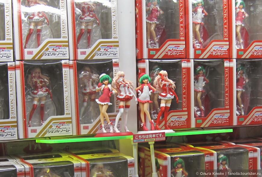 """В магазине Цукумо. Сразу заметно, что фанаты электроники и фанаты анимэ - одни и те же люди :) Недаром Акихабару называют """"Священной землей отаку""""  (Отаку- фанаты анимэ и манги)"""