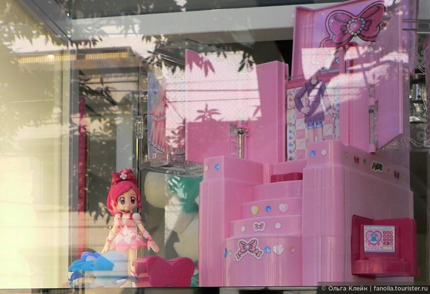 Вот розовая куколка в витрине