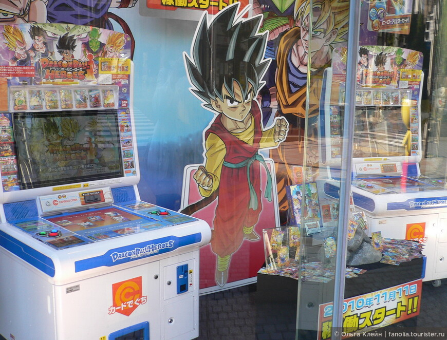 Демонстрируется масса игрушек, игр и игровых автоматов.