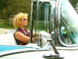 Дама без ружья, в очках и в автомобиле