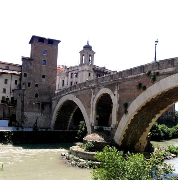 Остров Тибра (Isola Tiberina) и мост Фабриция, построенный в 62 г до н.э. и совпадает с началом деятельности Юлия Цезаря