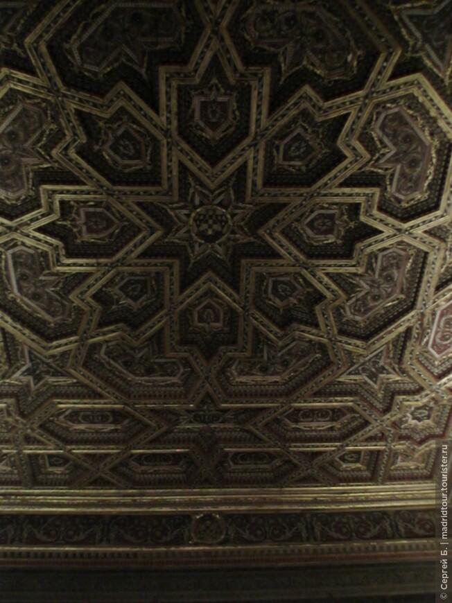 Потолки сделаны арабскими мастерами
