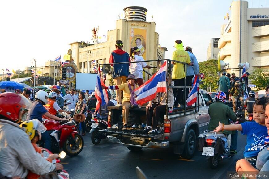 """Все на митинг!!! Фотографии были сделаны 20 декабря 2013 года - в самый разгар Бангкокского """"Майдана"""""""