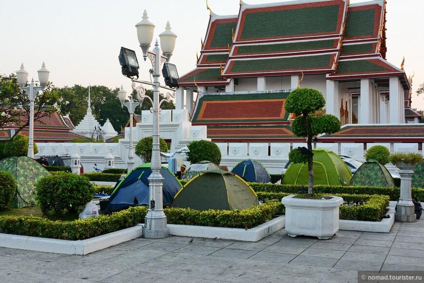 На территории соседнего храма стоят палатки, где спят (да и днем сидят) митингующие.