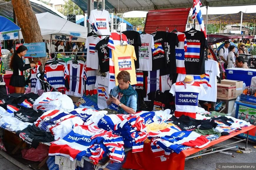 Зато можно прикупить массу эксклюзивных футболок и прочих триколорных сувениров. Спешите, вдруг митинги прекратятся?