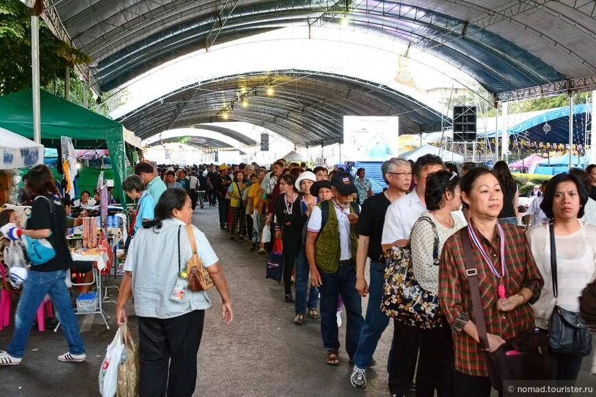 Это та самая перекрытая демонстрантами улица - на фотографии люди стоят за бесплатной едой.