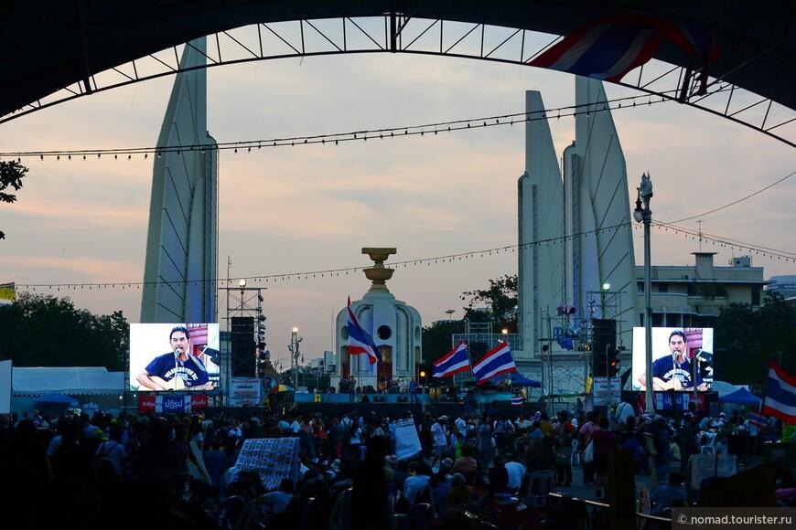 Вот он - оплот оппозиционеров - Монумент Демократии, неоднократно показанный по нашему телевидению. Это самое опасное место - сердце восстания... )))