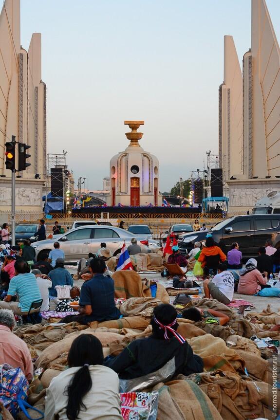 Монумент Демократии. Основная тусовка происходит на магистрали с другой стороны.
