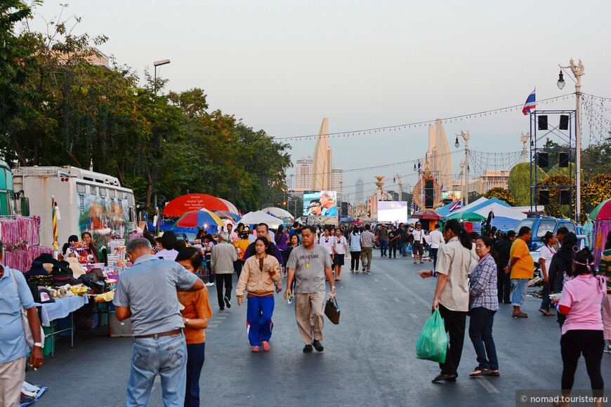 Тут уже не особо митингуют. Да и зачем, когда ровно в трех минутах ходьбы от этого места находится Каосан, где можно делать все, что угодно, кроме как митинговать... )))) Приезжайте в Таиланд, там замечательно!!!!