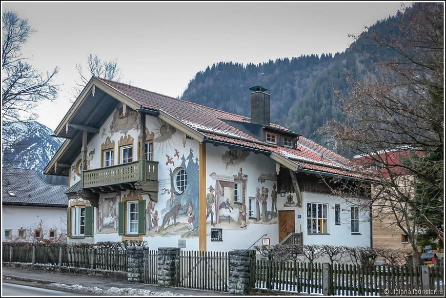 На фасадах домов можно встретить рисунки о похождениях бременских музыкантов, сцены крестьянского быта и рыцарских застолий, сюжеты из сказок братьев Гримм, исторические зарисовки