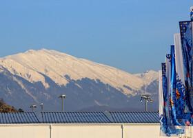 Снежные вершины почти в плотную подступают к парку.