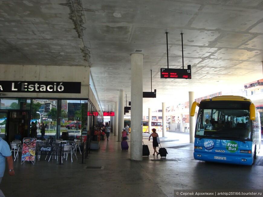 Отдыхая в июле в городке Калелья, я хотел посмотреть и другие городки побережья Коста-Брава,тем более, что они все находятся рядом.  11 июля я с утра съездил в город Жирону и осмотрев ее вернулся к обеду на электричке в город Бланес.    В Бланесе у ж.д станции я сел на автобус ,который всего за 15 минут доставил меня на автостанцию городка Ллорет де Мар ( на фото - станция)