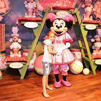 Можно фотографироваться с разными сказочными персонажами. Лизе понравилась Минни- Маус.