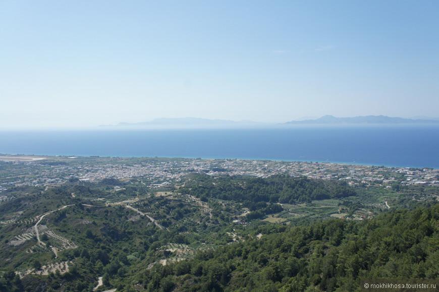 В далеке виден город Родос