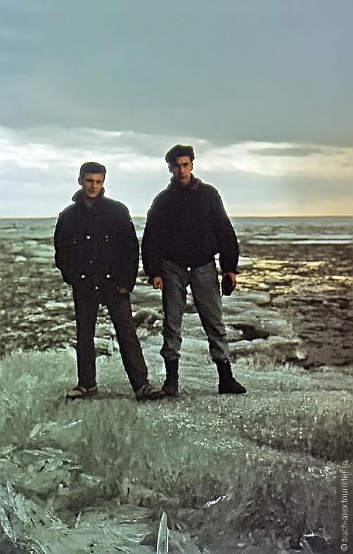 А вот и мы, 23 года назад. Колыма под нами. Льдина состоит из миллиона кинжалов,  по острию которых можно ходить. Солнце знает свое дело. Ночь вообще не наступает, читать можно в 3 ночи без подсветки.