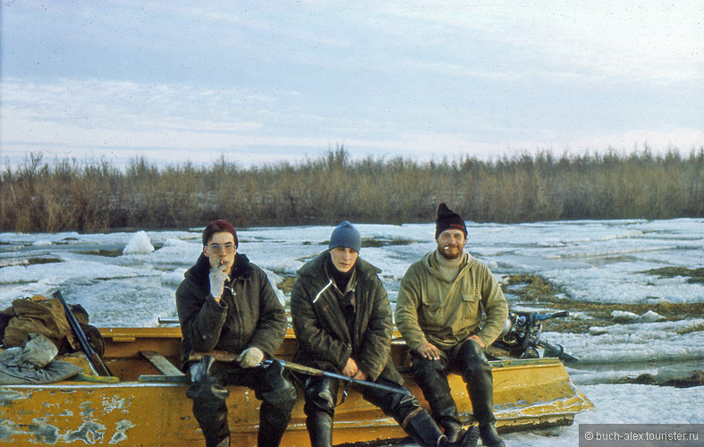 В конце мая, Колыма еще скована льдом, но народ уже тянет на охоту на уток. В связи с большим количеством полыньей передвижение происходит так: четыре человека беруться за борта казанки и бегут толкая ее по льду, когда приближается голая вода, все наваливаются на борта лодки и скользят по воде по инерции, когда нос лодки врезается в ледяную кромку, то первые люди соскакиваят на лет и затягивают лодку опять на лед. И так много раз.