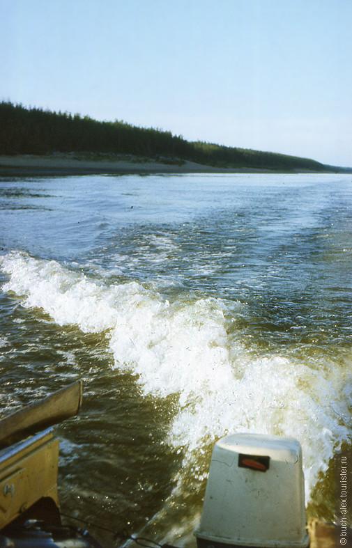 В связи с полным отсутствием дорог, передвижение осуществляется посредством моторных лодок, быстро и без комаров.