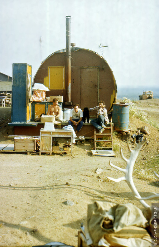 Вот так жили научные работники постоянно действующей экспедиции то ли из Ленинграда, то ли из Якутска. Дома располагались рядом с некой поляной из которой торчали трубки, за которыми научные работники и следили годами.
