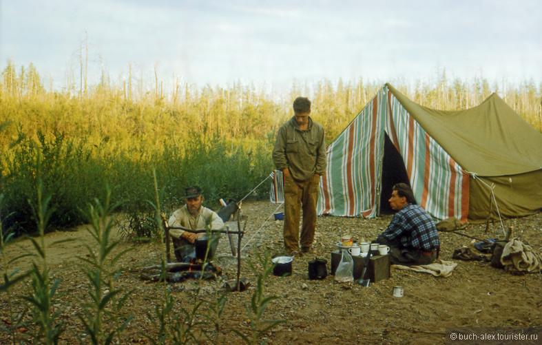 Лагерь на косе. Вода под боком, еда частично тоже. Вот если бы не комары, вообще  лепота.