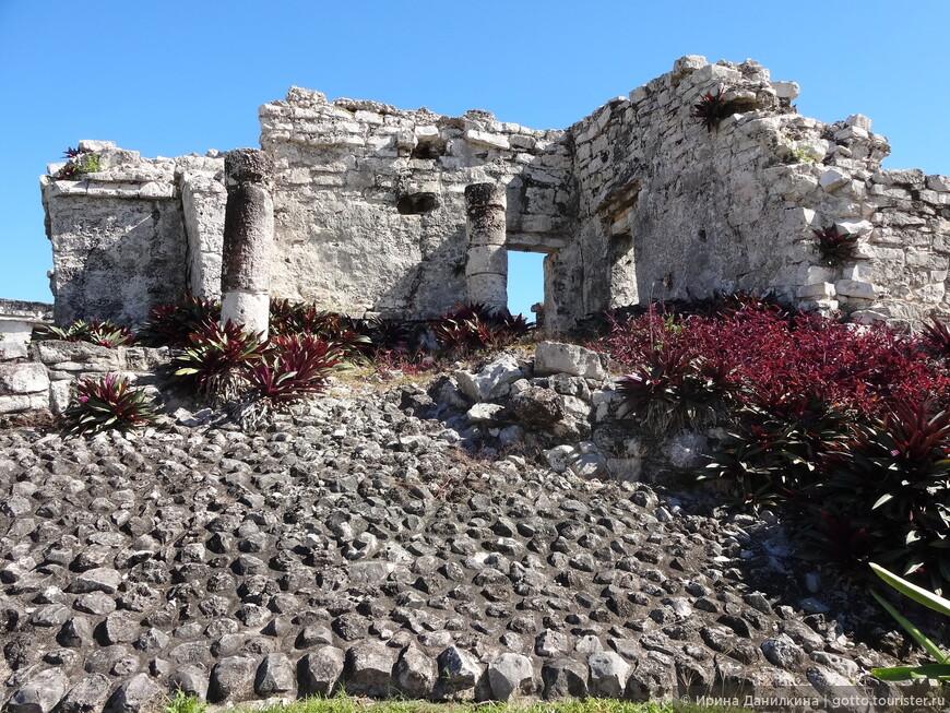 Остатки былой роскоши в городе Тулум. Сейчас трудно поверить, что эти руины были когда-то шикарными домами, дворцами и храмами...