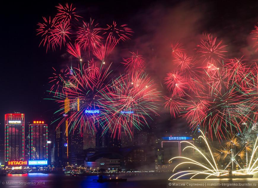 Смотрим фейерверк из окна отеля Kowloon Shangri-La.
