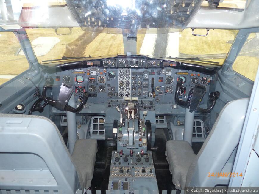 Глядя на это страшное количество приборов уже страшно было в самолет садиться!