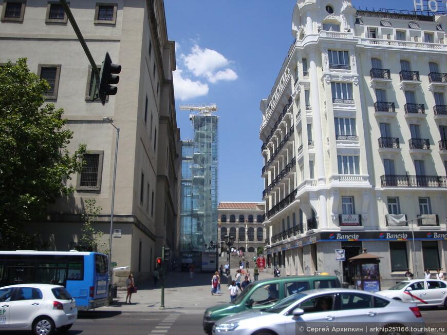 В переулке находится музей - Центр Искусства имени королевы Софии