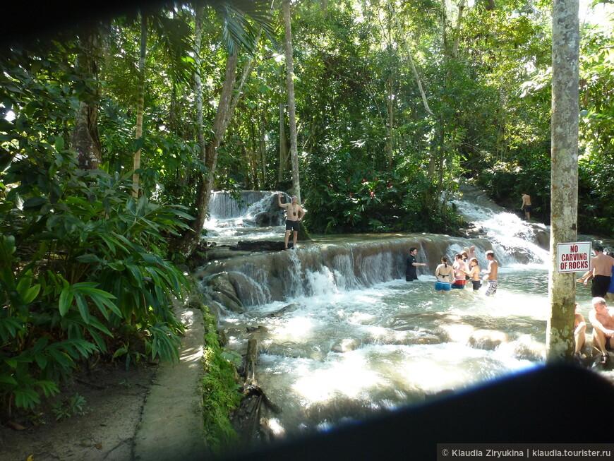 Подъем на водопад занимает около часа, водопад многоступенчатый.