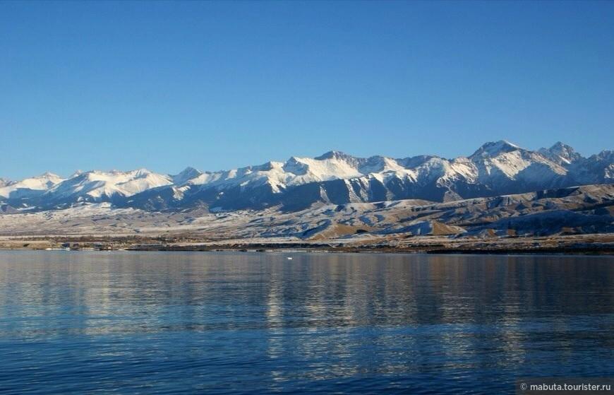 Озеро Иссык-Куль в солнечный январский день! Вода слабосоленая (минерализация воды 5,9%), поэтому даже зимой озеро не замерзает.