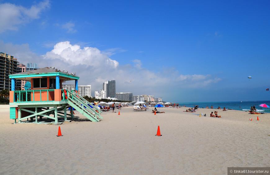 Вышки спасателей - неотъемлемая часть пейзажа пляжей Майами.