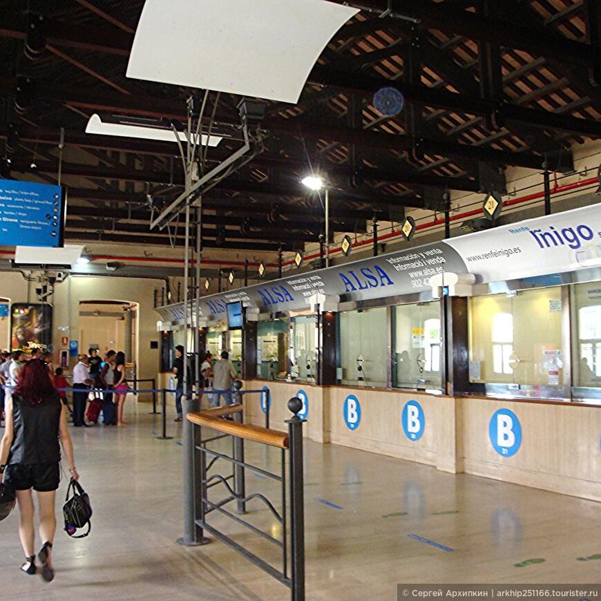Сразу оказываемся на  втором этаже Северного автовокзала Барселоны ,где и продают билеты, последняя касса в ней специальный кассир- русскоговорящая девушка.    Билет я купил на 18 июля время отправления - 23.59 часа.Билет до Марселя стоил 50 евро и 45 евро назад из Марселя в Барселону.   18 июля я приехал около 23 часов на автовокзал ,на табло в автовокзале увидел номер перрона и ровно по расписанию приехал автобус .   Внимание! Этот автобус начинает свой путь с другой автостанции Барселоны-Сантс и поэтому не стоит на автовокзале, а только делает здесь остановку на 15минут и уезжает, поэтому ждите его на перроне под галереей